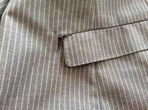 背広上着のポケット破れビフォー