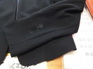 婦人礼服上着の焦げ穴ビフォー