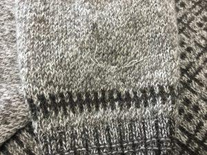 セーター袖虫くい穴アフター