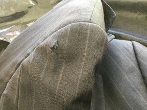 スーツの破れ修理ビフォー