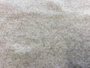 セーターの虫くい穴修理ビフォー
