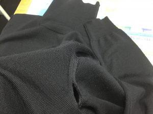 セーター脇ほつれ修理ビフォー