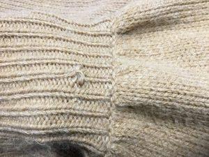 セーター袖口の虫くい穴お直しビフォー