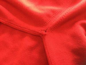 セーターの脇の穴修理ビフォー